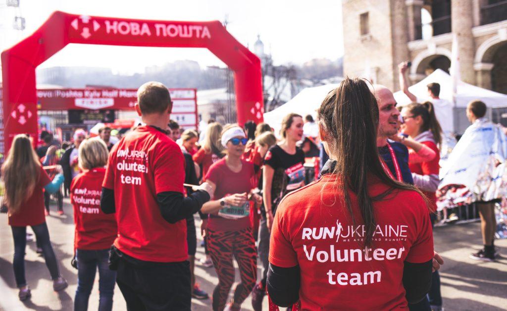 Photographie bénévoles organisant une course