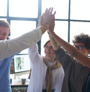 Groupe qui se tape dans la main