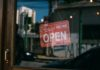 Vitrine de magasin avec le panneau OPEN