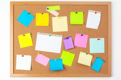 tableau-liege-plusieurs-notes-vierges-colorees-epingles_127657-752